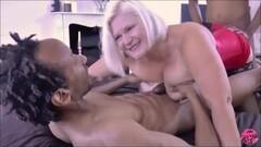 Geile Hausfrau am Sperma schlucken Thumb