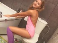 Girl in sexy knee socks naked on toilet Thumb