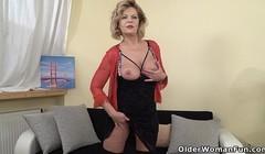 European gilf Ellis Shine fingers her old pussy Thumb