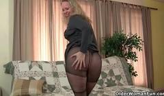 USA milf Beth dildo fucks her luscious pussy Thumb